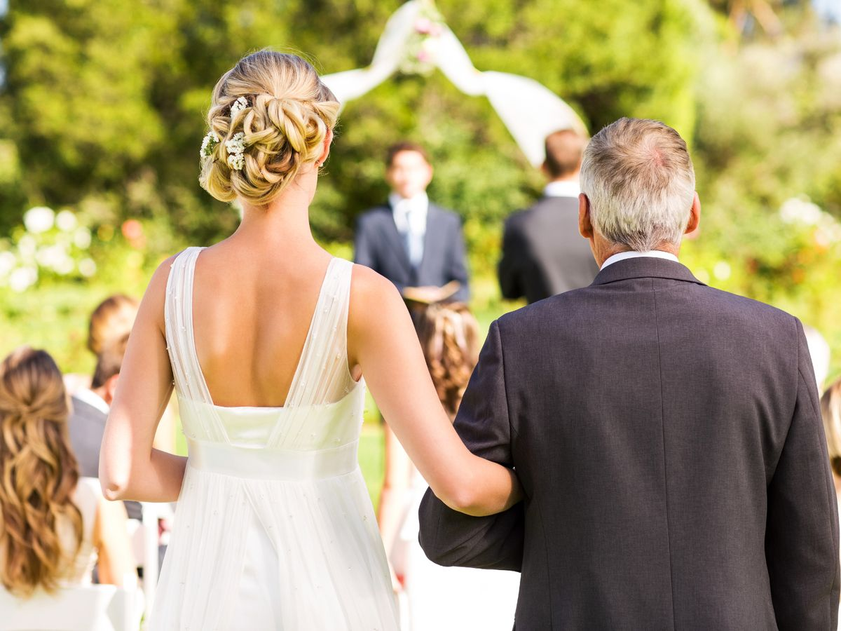 0_Bride-And-Father-Walking-Down-The-Aisle-During-Outdoor-Wedding